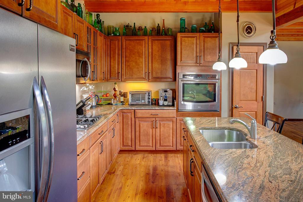 Kitchen has stainless appliances - 34876 PAXSON RD, ROUND HILL