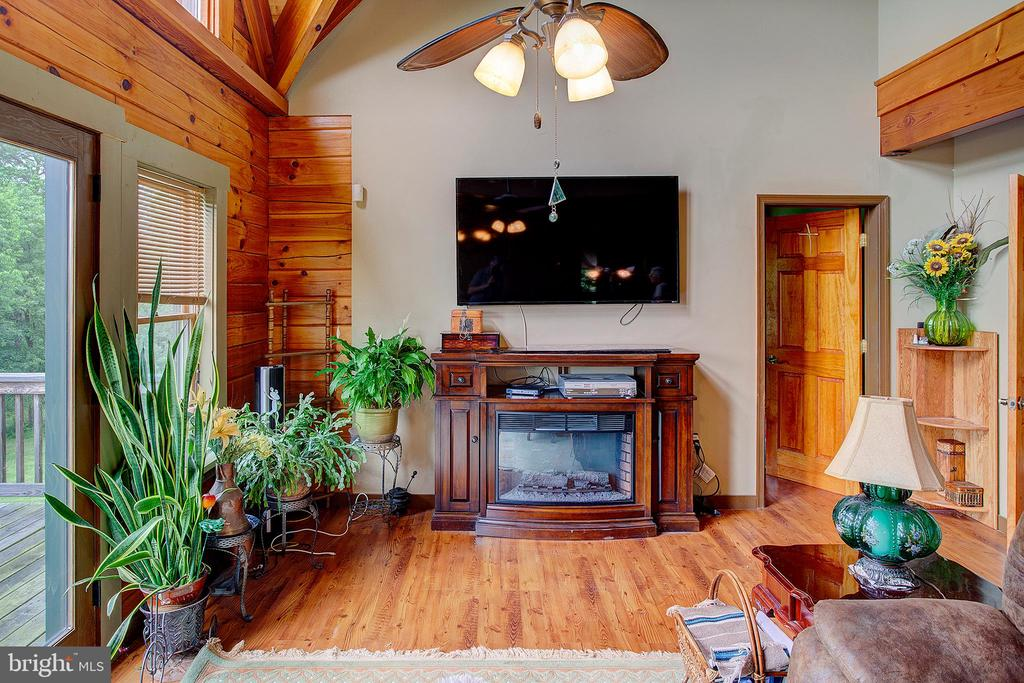 Great room patio doors to deck - 34876 PAXSON RD, ROUND HILL