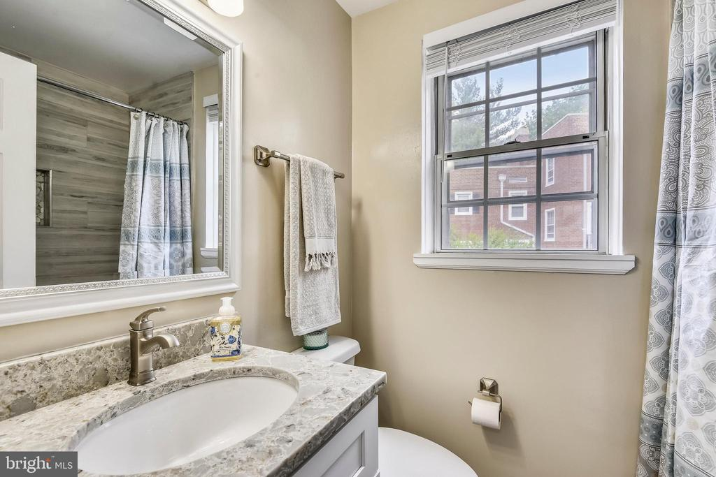 Renovated full bathroom w/ granite vanity - 4833 28TH ST S #A, ARLINGTON
