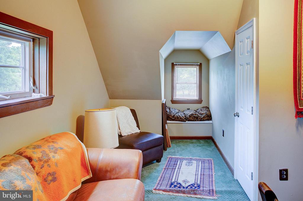 Upper level bedroom 4 window seat - 34876 PAXSON RD, ROUND HILL
