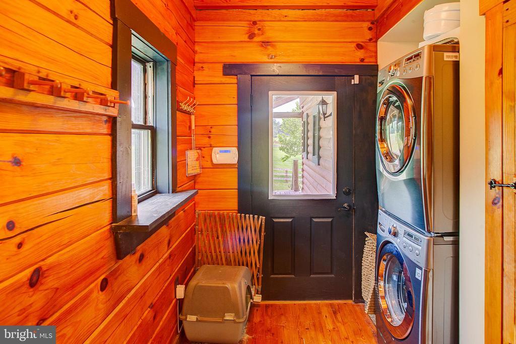 Main floor laundry room - 34876 PAXSON RD, ROUND HILL