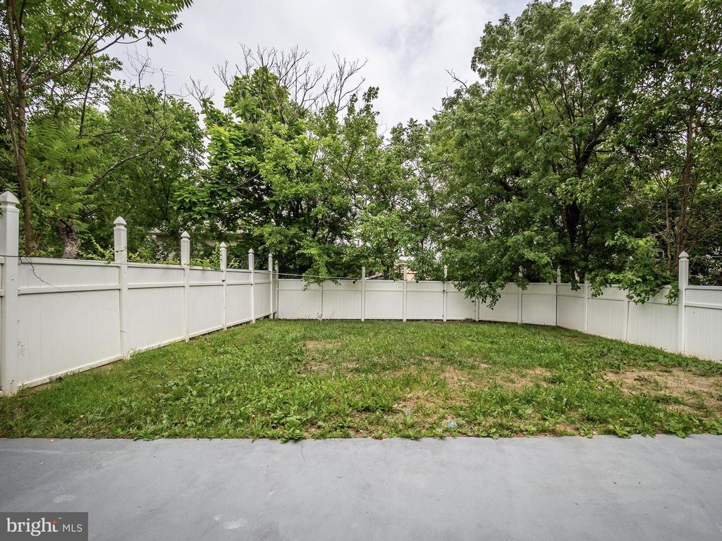 Huge fenced back yard. - 5108 D ST SE, WASHINGTON