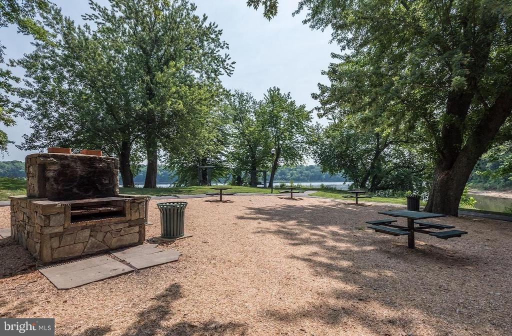River Creek Community Picnic Area - 18278 RIVIERA WAY, LEESBURG