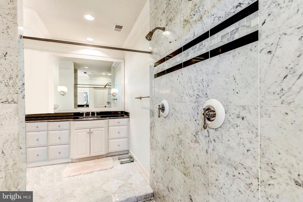 Walk-In Shower - 18278 RIVIERA WAY, LEESBURG