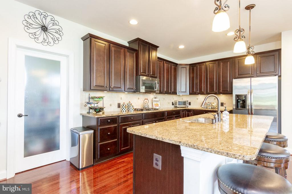 Main Level Gourmet Kitchen with Pantry - 42463 MADTURKEY RUN PL, CHANTILLY