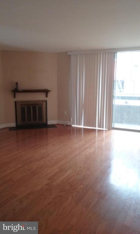 Living Room / DIning Room - 1671 S HAYES ST #B, ARLINGTON