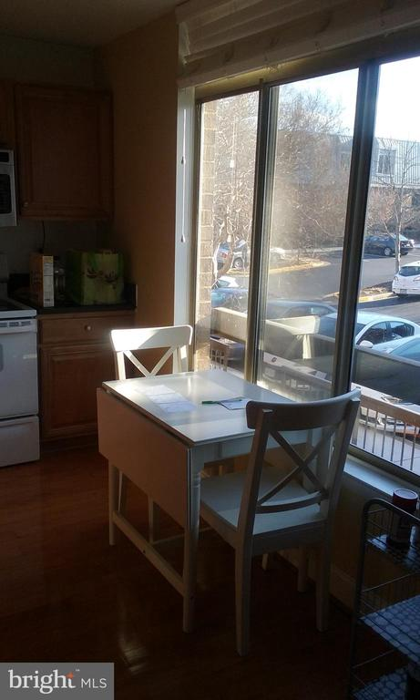 Eat-in area in kitchen - 1671 S HAYES ST #B, ARLINGTON