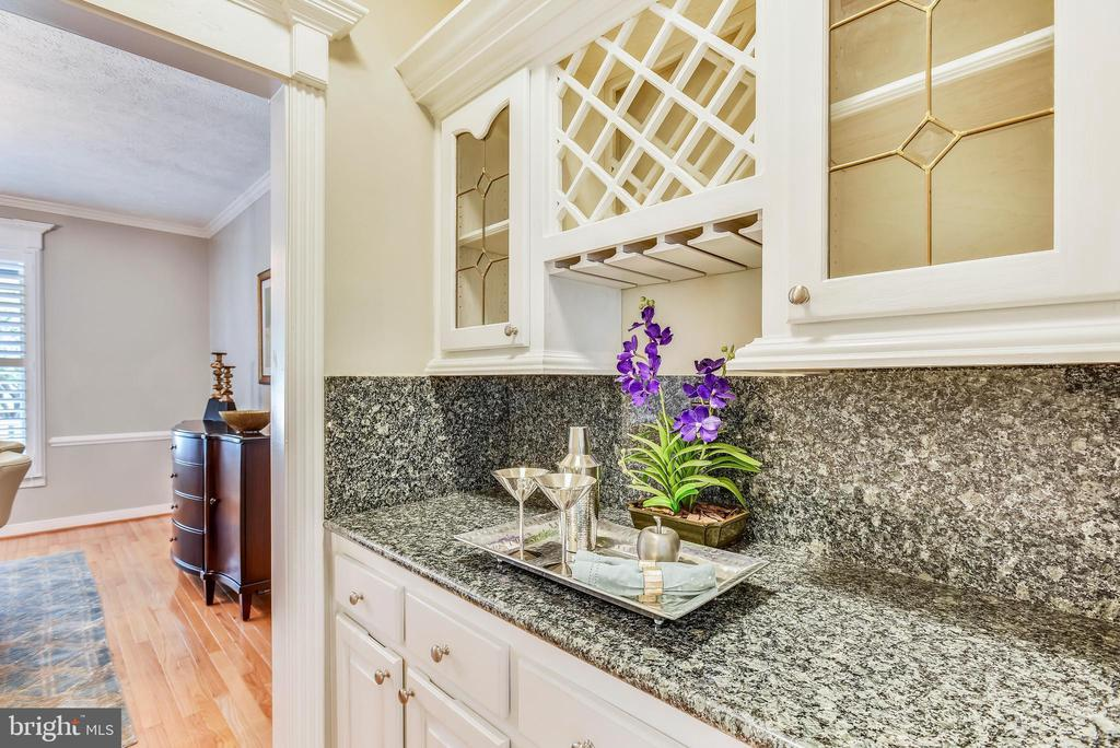 Butler's Pantry w/Wine Rack, Granite Counters - 20985 NIGHTSHADE PL, ASHBURN