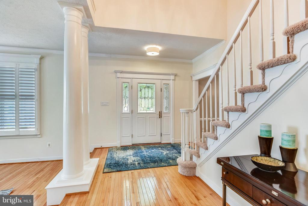 Light and Bright Foyer w/Hardwood Floors - 20985 NIGHTSHADE PL, ASHBURN