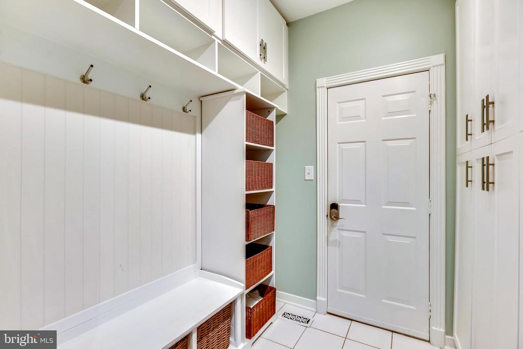 Mudroom w/Bench and Cubicle Storage - 20985 NIGHTSHADE PL, ASHBURN