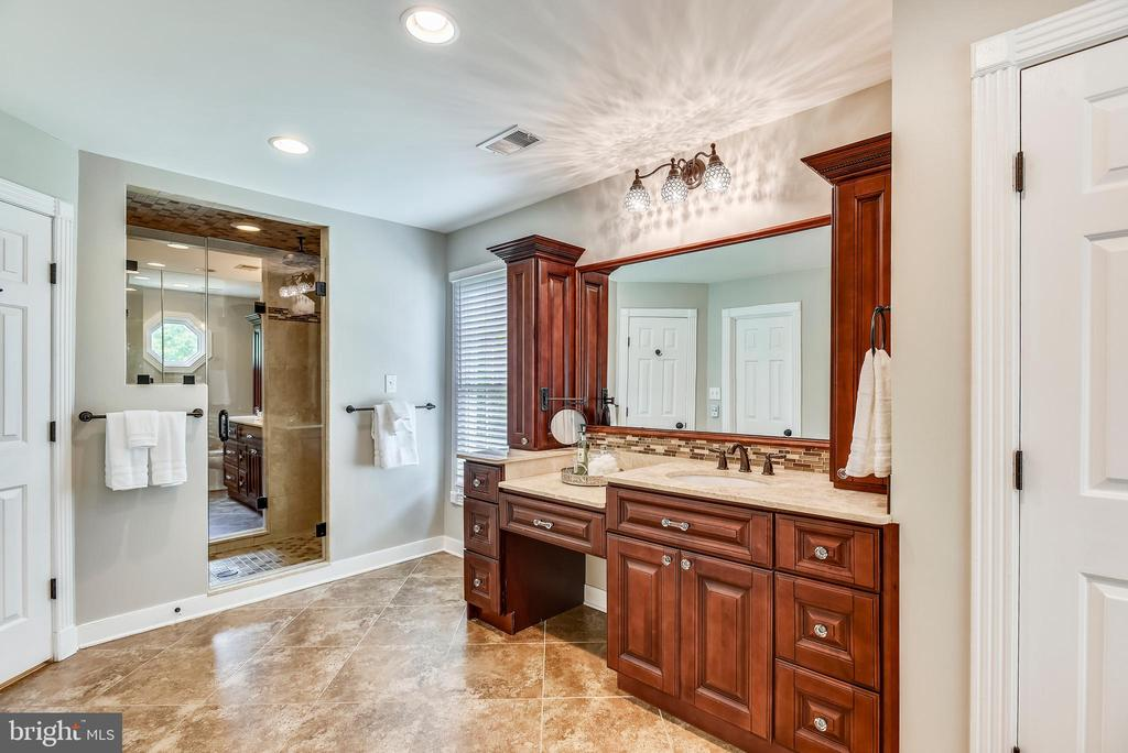 2nd Owner's Bath w/Make-Up Desk and Sink Vanity - 20985 NIGHTSHADE PL, ASHBURN