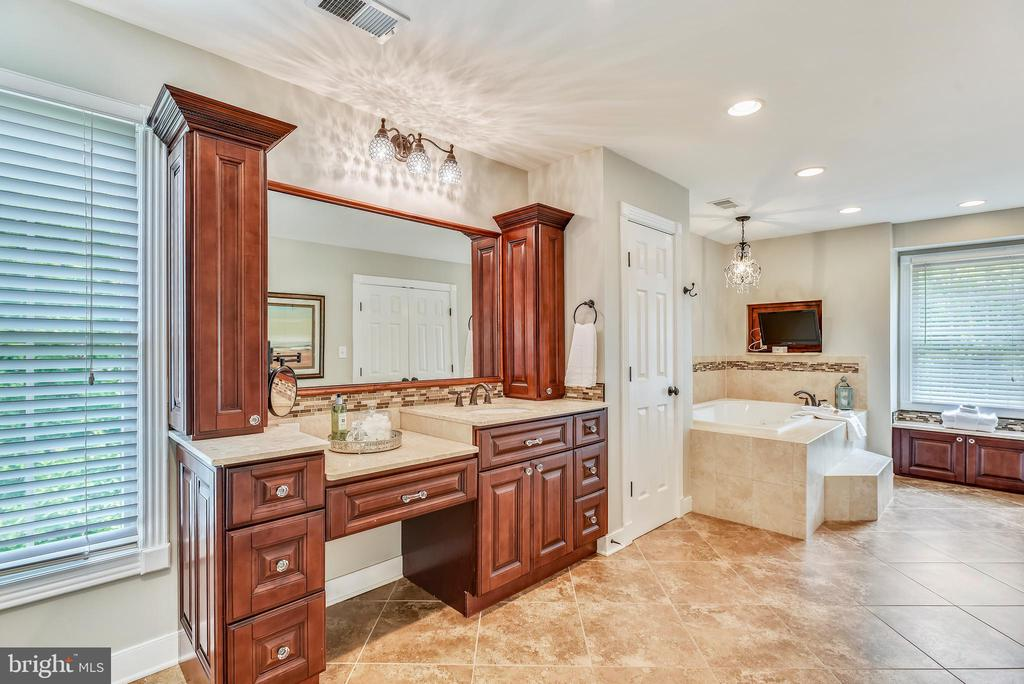 Heated Tile Floors~Recessed Lights~Custom Paint - 20985 NIGHTSHADE PL, ASHBURN