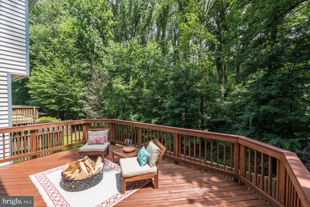 Enjoy relaxing evenings on this fantastic deck - 11712 MOSSY CREEK LN, RESTON