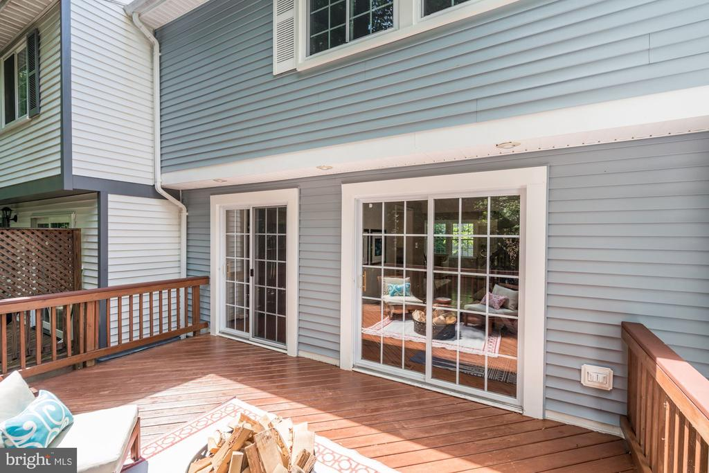 Great outdoor space excellent for entertaining - 11712 MOSSY CREEK LN, RESTON
