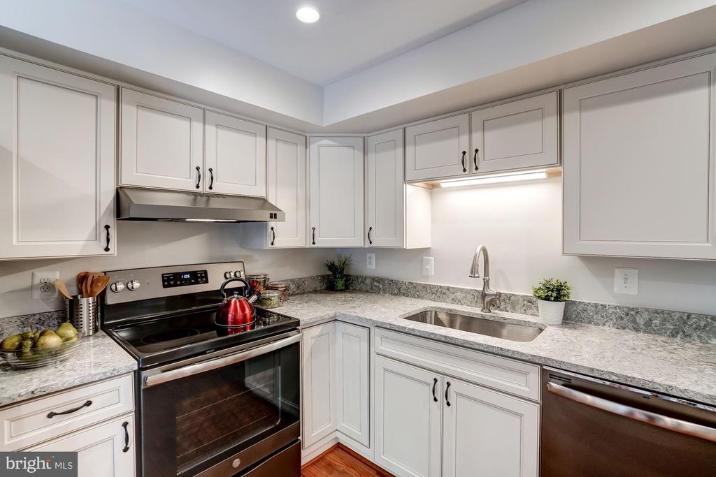 Fully Updated Kitchen with Slate Appliances - 11712 MOSSY CREEK LN, RESTON