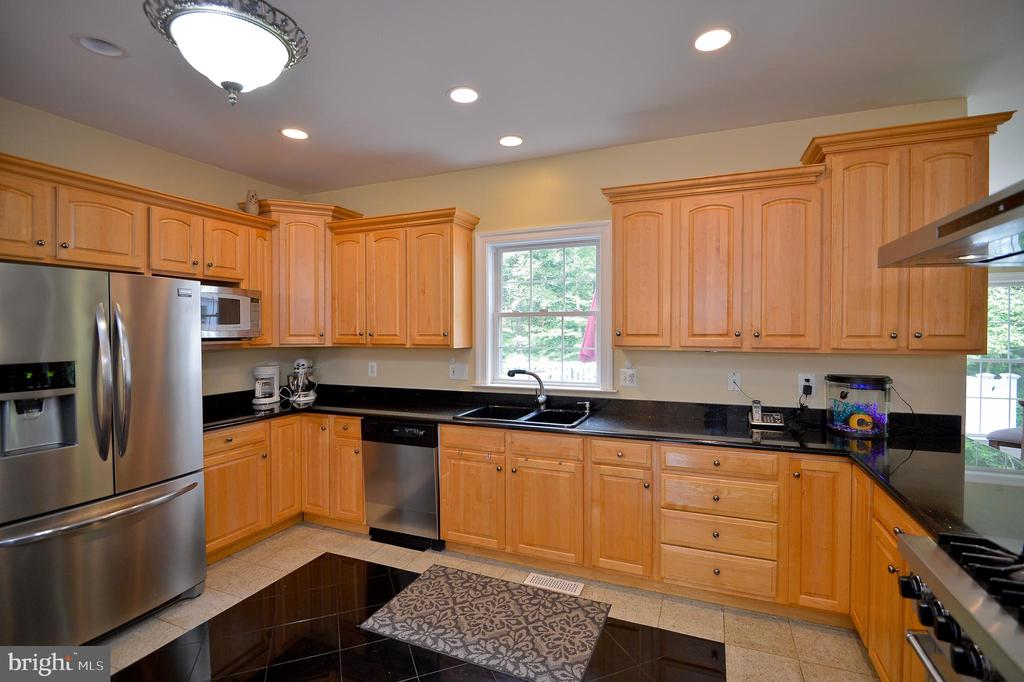 stainless appliances with pantry - 4560 FOREST DR, FAIRFAX