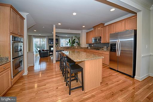 Huge kitchen with double ovens, gas cooking - 118 ANTHEM AVE, HERNDON