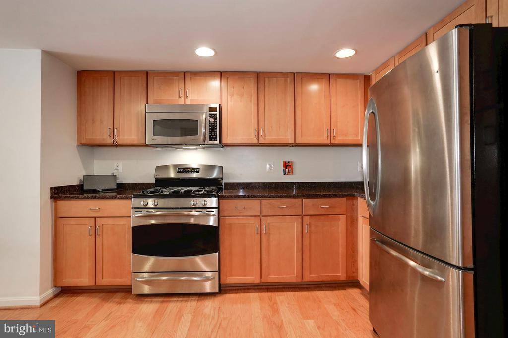 Never used oven or dishwasher! - 2220 FAIRFAX DR #807, ARLINGTON