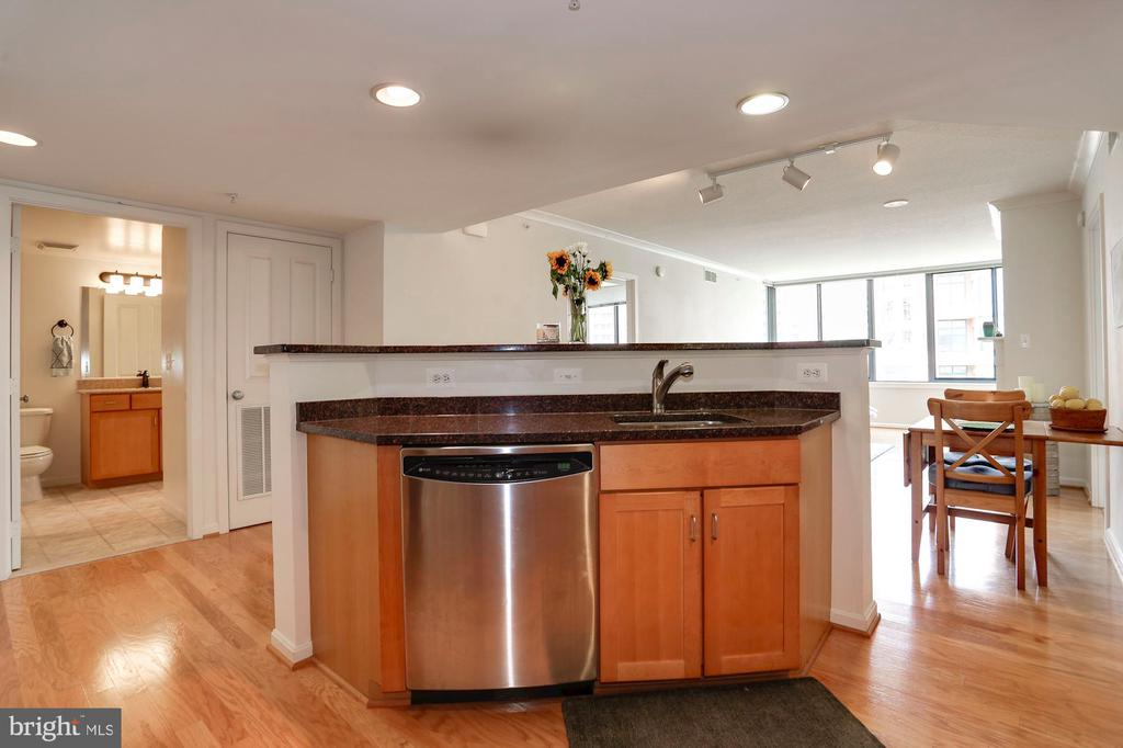Great for entertaining as you cook for guests - 2220 FAIRFAX DR #807, ARLINGTON