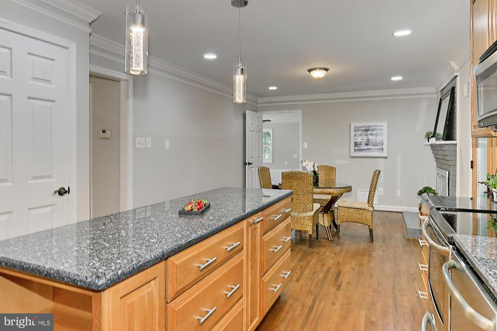 Large island with pendant lights - 8303 BOTSFORD CT, SPRINGFIELD