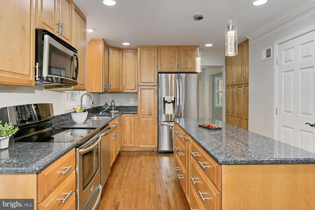 Flat top range and built-in microwave - 8303 BOTSFORD CT, SPRINGFIELD