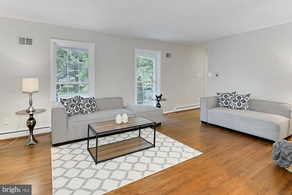 Living room has floor to ceiling windows - 8303 BOTSFORD CT, SPRINGFIELD