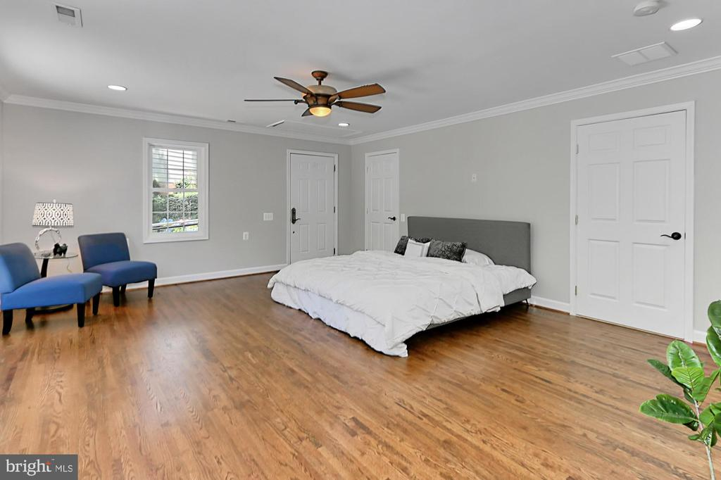 Main lvl master bedroom with large  en-suite bath - 8303 BOTSFORD CT, SPRINGFIELD