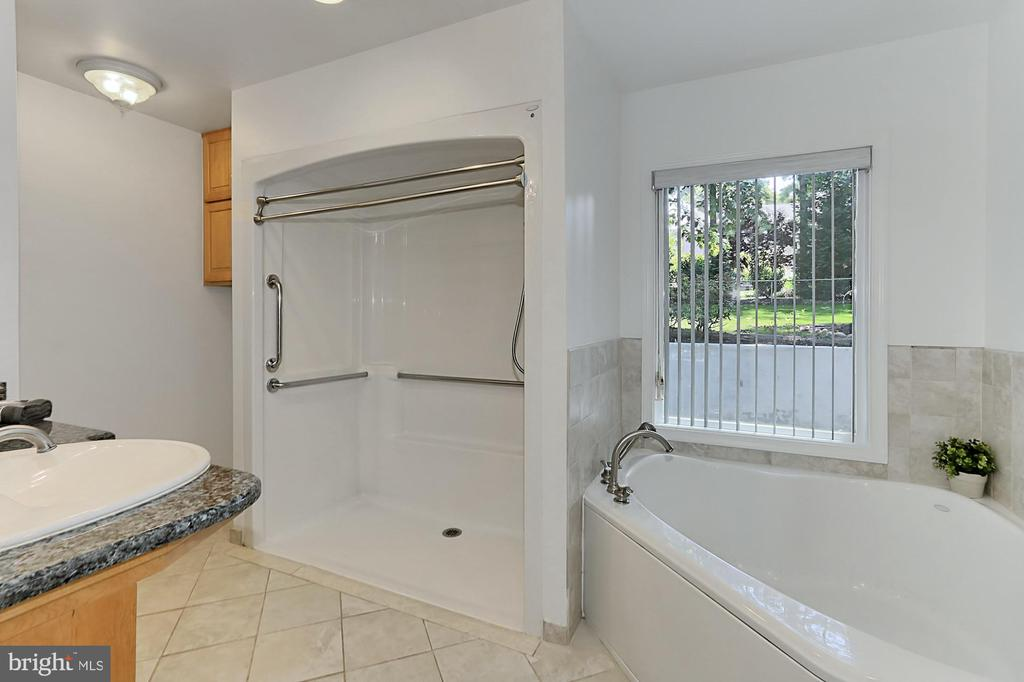 Main lvl master bath with roll-in shower - 8303 BOTSFORD CT, SPRINGFIELD