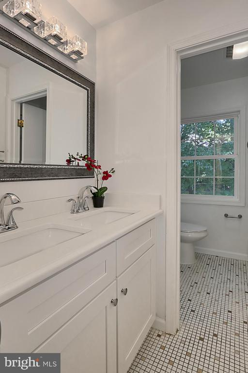 Uppr lvl bath with brand new vanity and toilet - 8303 BOTSFORD CT, SPRINGFIELD