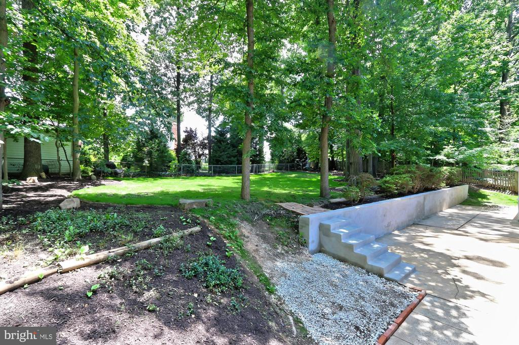 Back yard has trees and grass - 8303 BOTSFORD CT, SPRINGFIELD