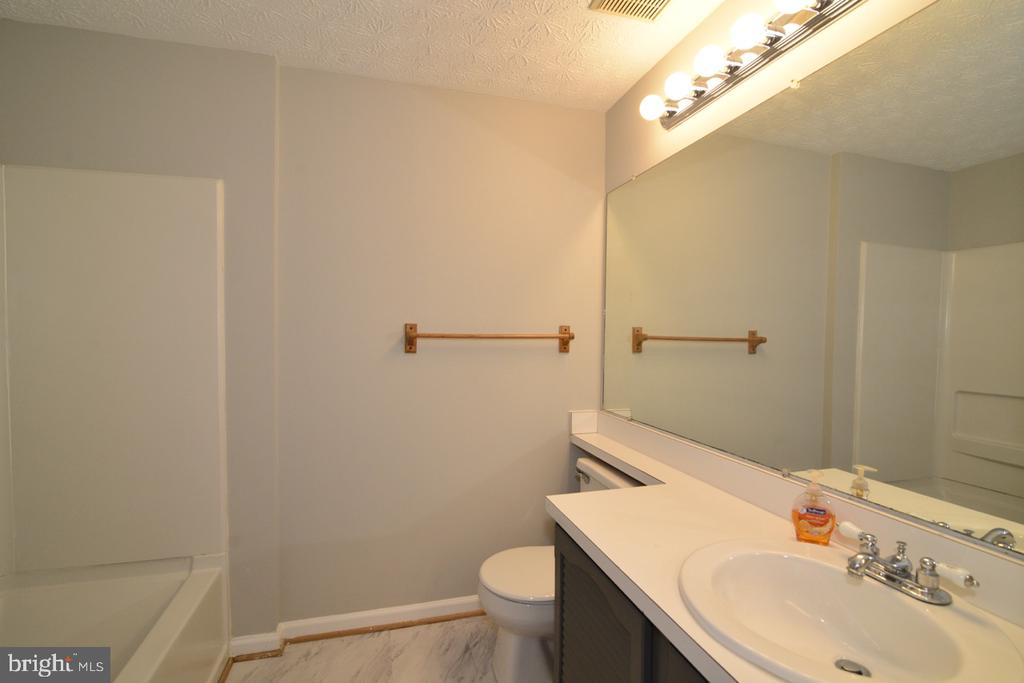 Upper Hall  Bath - 1560 TWISTED OAK DR, RESTON