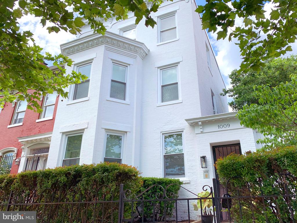 Gorgeous front facade with side yard - 1009 O ST NW, WASHINGTON
