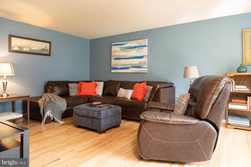 Living Room with Hard-wood floors - 9334 BOOTHE ST, ALEXANDRIA
