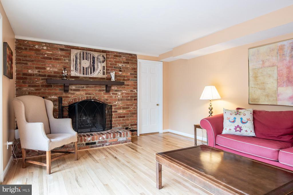 family room with Wood-burning fireplace - 9334 BOOTHE ST, ALEXANDRIA