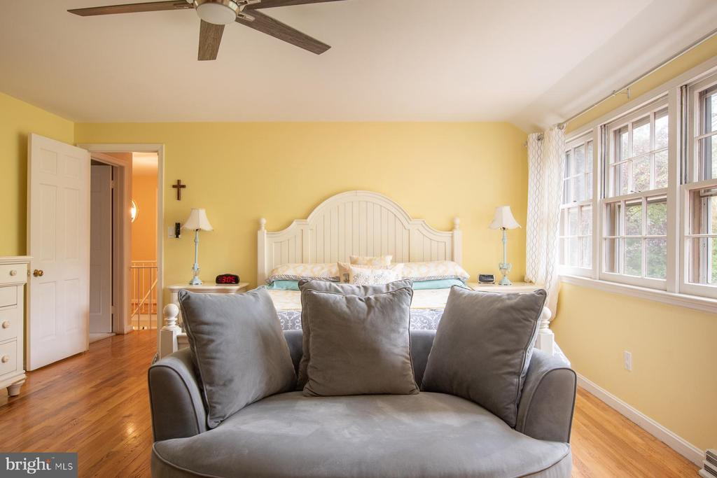 Master Bedroom with Sitting Area - 9334 BOOTHE ST, ALEXANDRIA