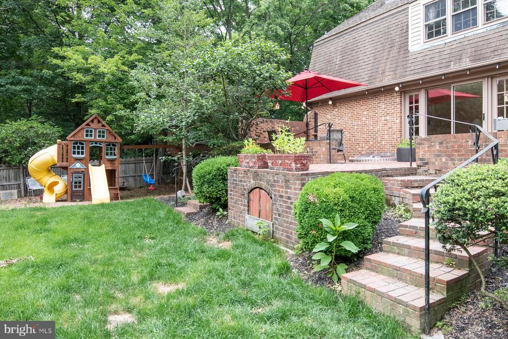 Steps leading to backyard - 9334 BOOTHE ST, ALEXANDRIA
