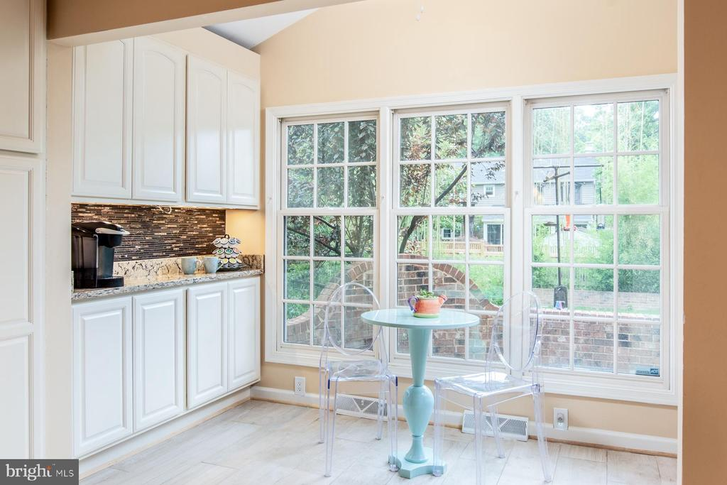 Light-filled in kitchen - 9334 BOOTHE ST, ALEXANDRIA