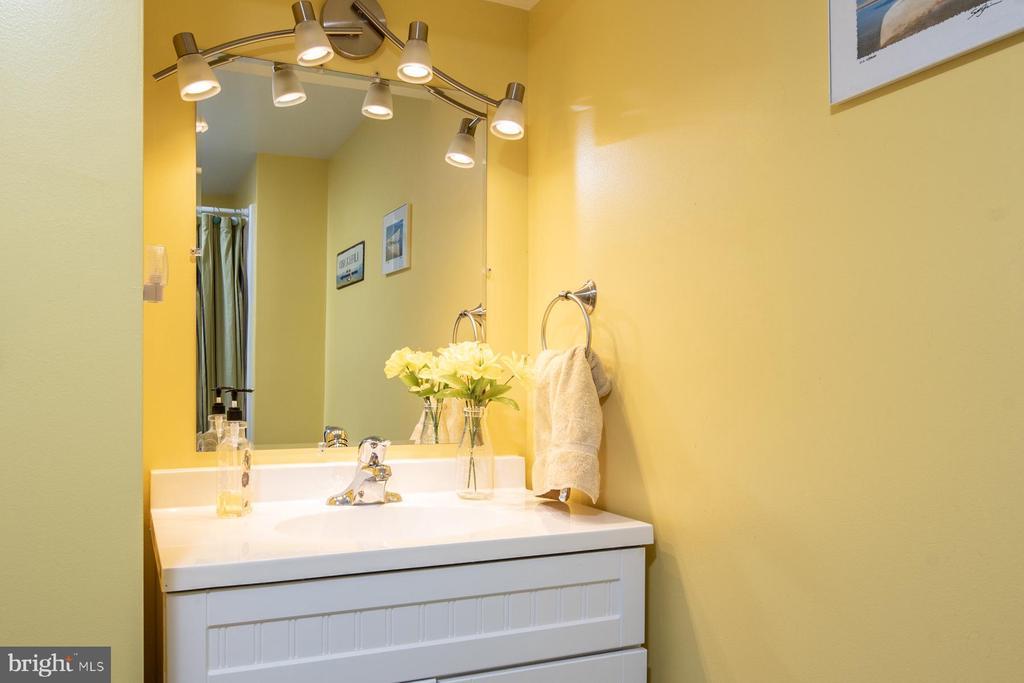 Full Bathroom - 9334 BOOTHE ST, ALEXANDRIA