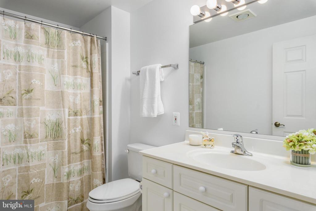 Guest Bath - 19360 MAGNOLIA GROVE SQ #403, LEESBURG