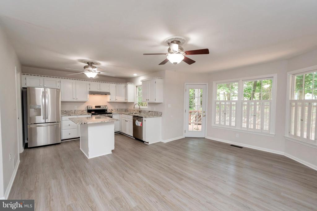 Kitchen w/ Granite & NEW Stainless Appliances - 5021 QUEENSBURY CIR, FREDERICKSBURG