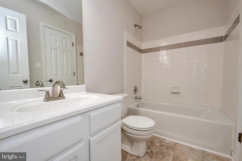 Upstairs Hall Bath Fully Renovated - 5021 QUEENSBURY CIR, FREDERICKSBURG