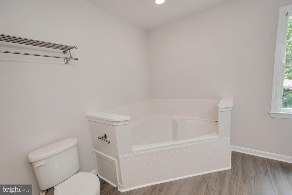 2 Person Corner Soaking Tub - 5021 QUEENSBURY CIR, FREDERICKSBURG