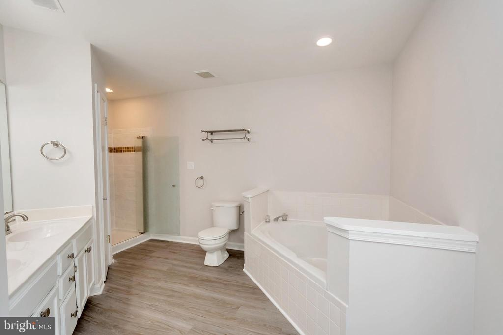 Master Bath 2 Person Corner Soaking Tub - 5021 QUEENSBURY CIR, FREDERICKSBURG