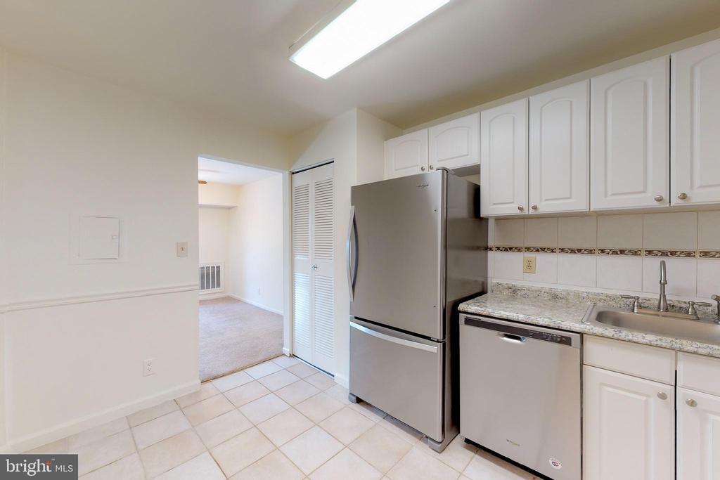 Bright updated kitchen - 7806 DASSETT CT #203, ANNANDALE