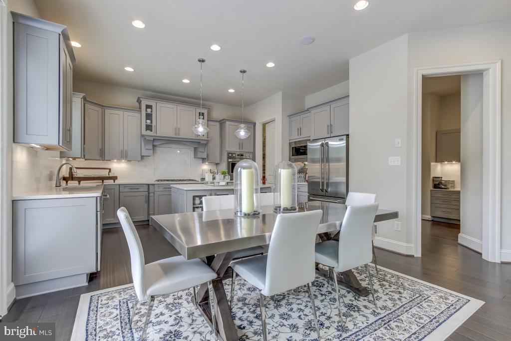 Breakfast and informal dining off gourmet kitchen - 2327 DALE DR, FALLS CHURCH