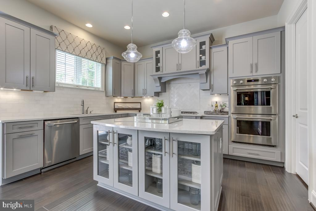 Gorgeous and practical gourmet kitchen - 2327 DALE DR, FALLS CHURCH