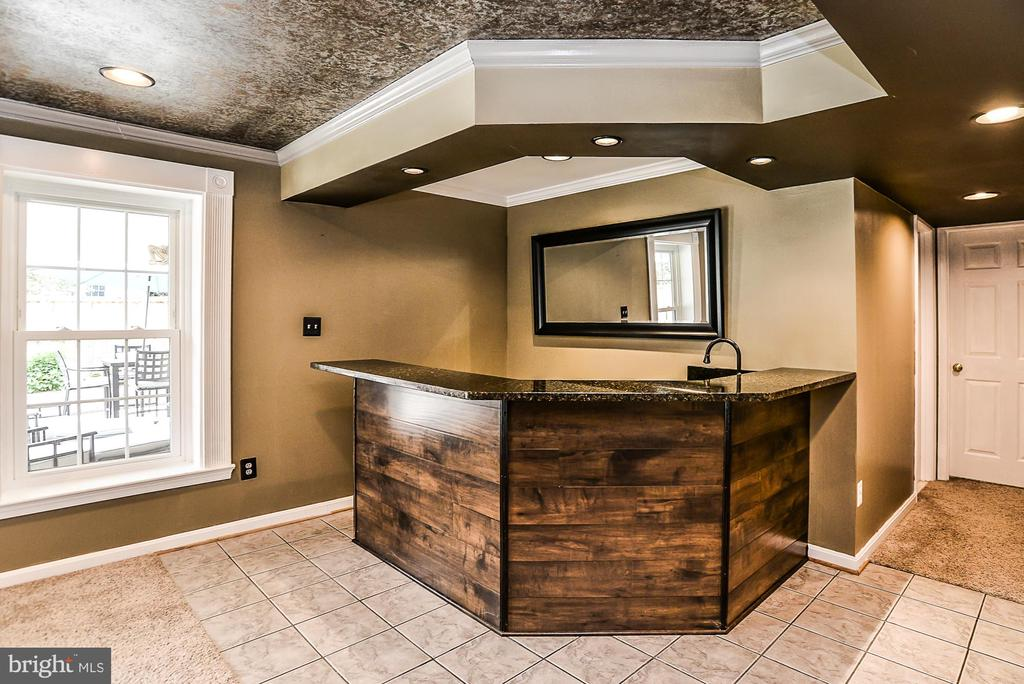 Custom Bar in the Recreational Room - 5713 REGAL CREST CT, CLIFTON