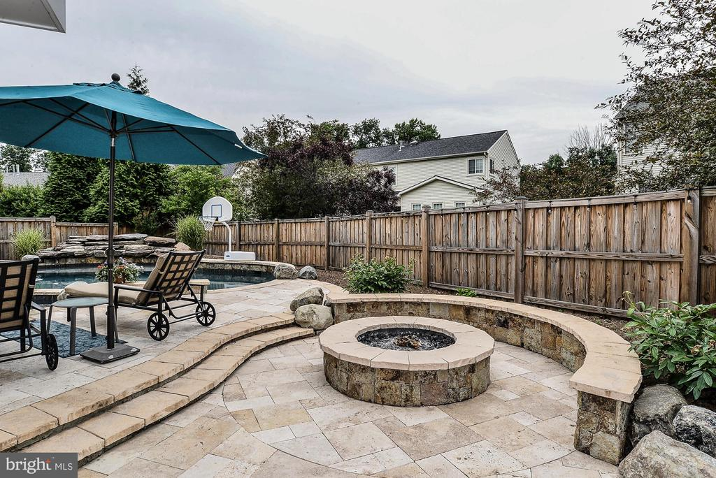 Firepit ... for your year round enjoyment! - 5713 REGAL CREST CT, CLIFTON