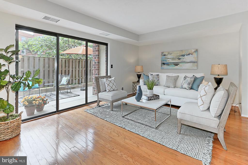 Big living room .. lots of light - 2100 LEE HWY #123, ARLINGTON