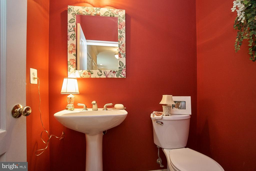 Main Level Powder Room - 5642 WHEELWRIGHT WAY, HAYMARKET